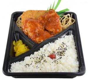 トマトチキン弁当 498円(税込み537円)